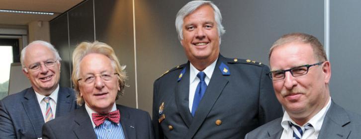 Prof. C. Fijnaut, prof. A. van der Geld, hoofdcommissaris F. Heeres, kabinet Justitie J. Poels