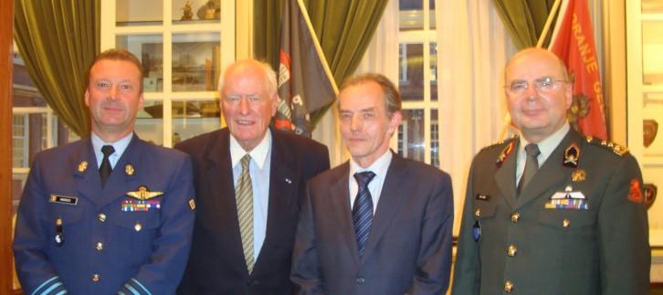 Sprekers en conferentievoorzitter − v.l.n.r. brigade-generaal Vlieger Johan Andries, Militair Comité EU; oud-minister van defensie dr. W. van Eekelen, conferentievoorzitter; brigade-generaal b.d. Jo Coelmont Royal Institute International Relations; luitenant-generaal drs. A. van Osch, directeur-generaal EU Militaire Staf