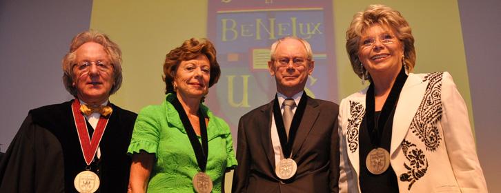 De BeNeLux-Europa Prijs door prof. A. van der Geld voor EU-voorzitter Van Rompuy en commissarissen Kroes en Reding