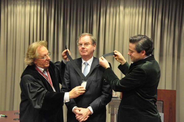Werkgeversvoorzitter Bernard Wientjes krijgt de versierselen van de Benelux-Europa Prijs omhangen door prof. Anton van der Geld en de Belgische prins Felix de Merode.