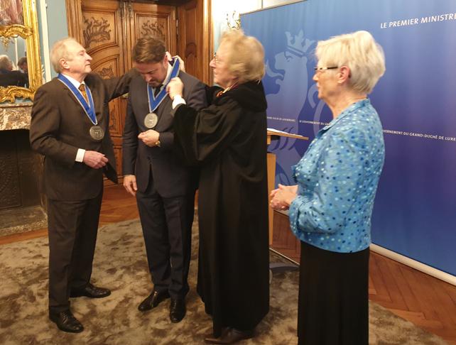 BeNeLux-Europa Prijs voor de premier van Luxemburg Xavier Bettel door prof. Anton van der Geld en prins Charles-Louis de Merode. BeNeLux-News