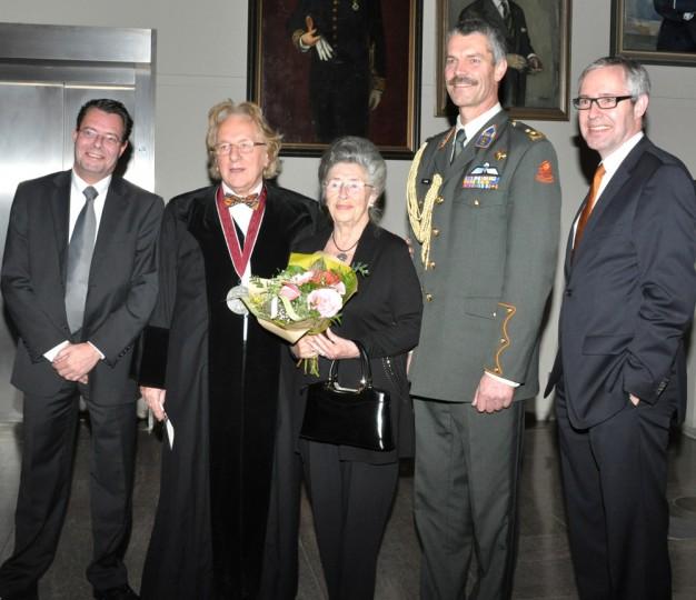 Na de academische zitting: mevr. Thoos Balkenende, haar twee zoons en de adjunct-generaal van de Koningin
