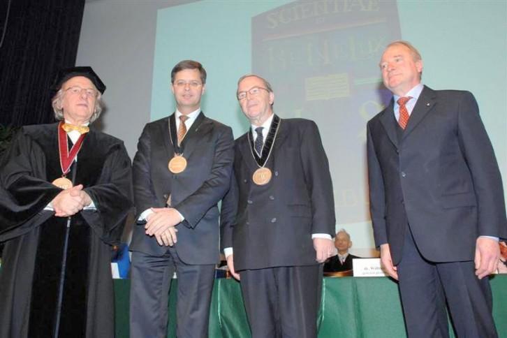 Uitreiking BeNeLux-Europa Prijs aan Jan Peter Balkenende, premier van Nederland en Wilfried Martens, premier van België