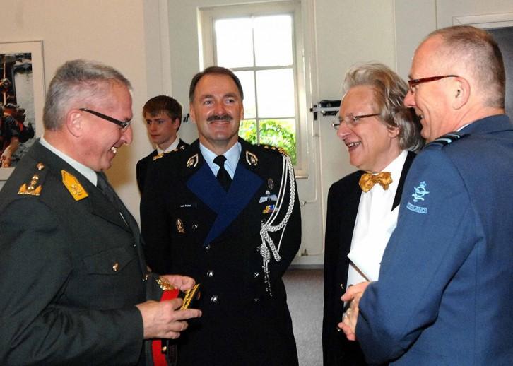 Samenwerkingsoverleg inzake de Leerstoel door de drie generaals en de BUC-voorzitter.<br/><em>Foto: BeNeLux-News en persfotograaf Jos van Leeuwen, Den Haag.</em>