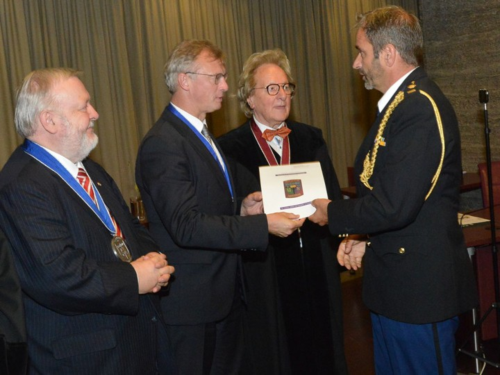 BUC-studenten ontvangen hun internationale certificaat uit handen van de ambassadeur van België, de ambassadeur van Luxemburg en de BUC-voorzitter.<br/><em>Foto: BeNeLux-News en persfotograaf Jos van Leeuwen, Den Haag.</em>