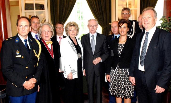 Uitreiking Benelux-Europaprijs 2010 - Europees president Van Rompuy en eurocommissaris-vice- voorzitter Reding poseren met prof. Van der Geld temidden v.d. afgestudeerden van Politie en Justitie