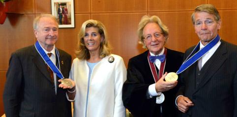 Uitreiking van de Benelux-Europa Prijs aan prins Charles-Louis de Merode en vice-president Raad van State mr. Piet Hein Donner door prof. dr. Anton van der Geld, president B.U.C., en H.K.H. prinses Lea van België, beschermvrouwe B.U.C.